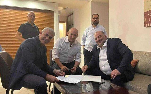 Le leader de Yesh Atid, Yair Lapid (G), le leader de Yamina, Naftali Bennett (C) et le leader du Ra'am, Mansour Abbas, signent un accord de coalition le 2 juin 2021 (avec l'autorisation du Ra'am).