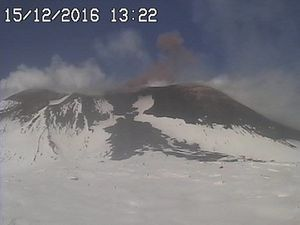 Etna - activity of 15.12.2016 - emission of ashes in the saddle between the craters SE and degassing at Voragine, respectively at 13h22, 20h01 and 23h36, where we see incandescent emissions - webcam RadioStudio7