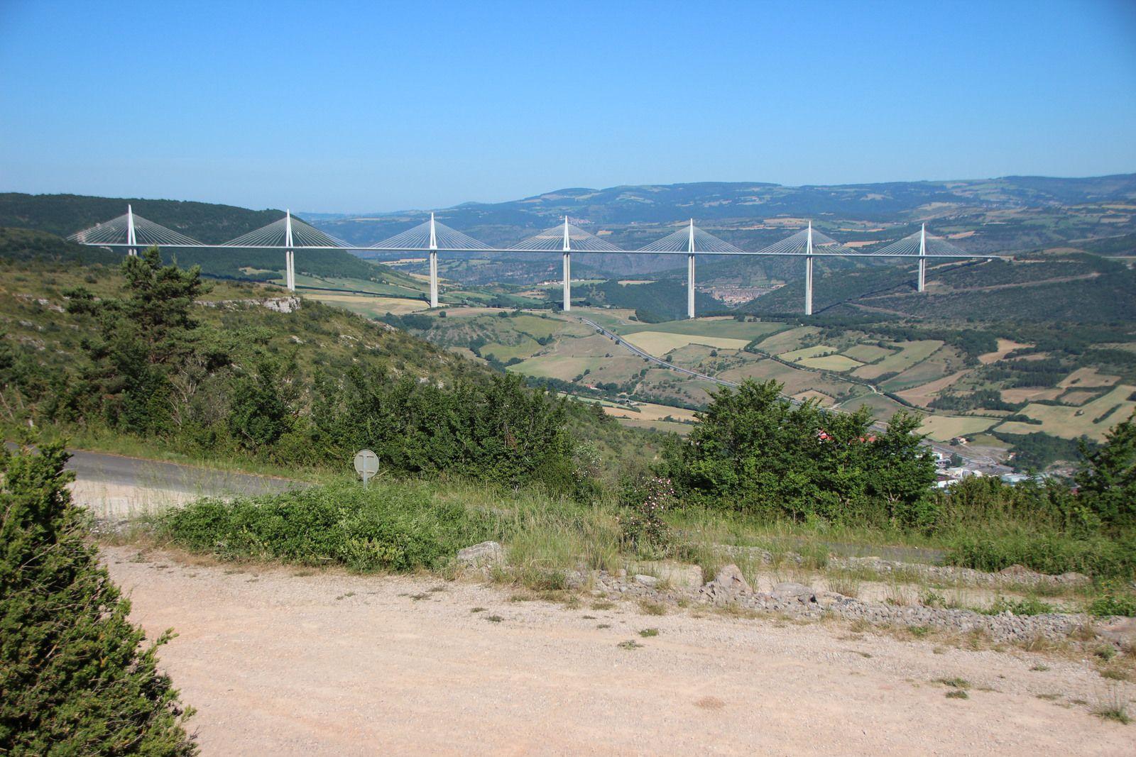 Viaduc de Millau vu depuis le village de Creissels