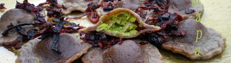 raviolis d'olives noires farcis de petits pois et son croustillant de betterave