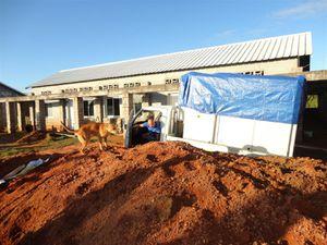 Entre temps, une autre équipe a eu le temps de creuser un autre quai sur le site de l'hôpital pour le déchargement.