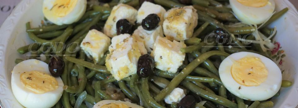 Salade de haricots verts et fromage de brebis olives noires à la grecque et œufs durs