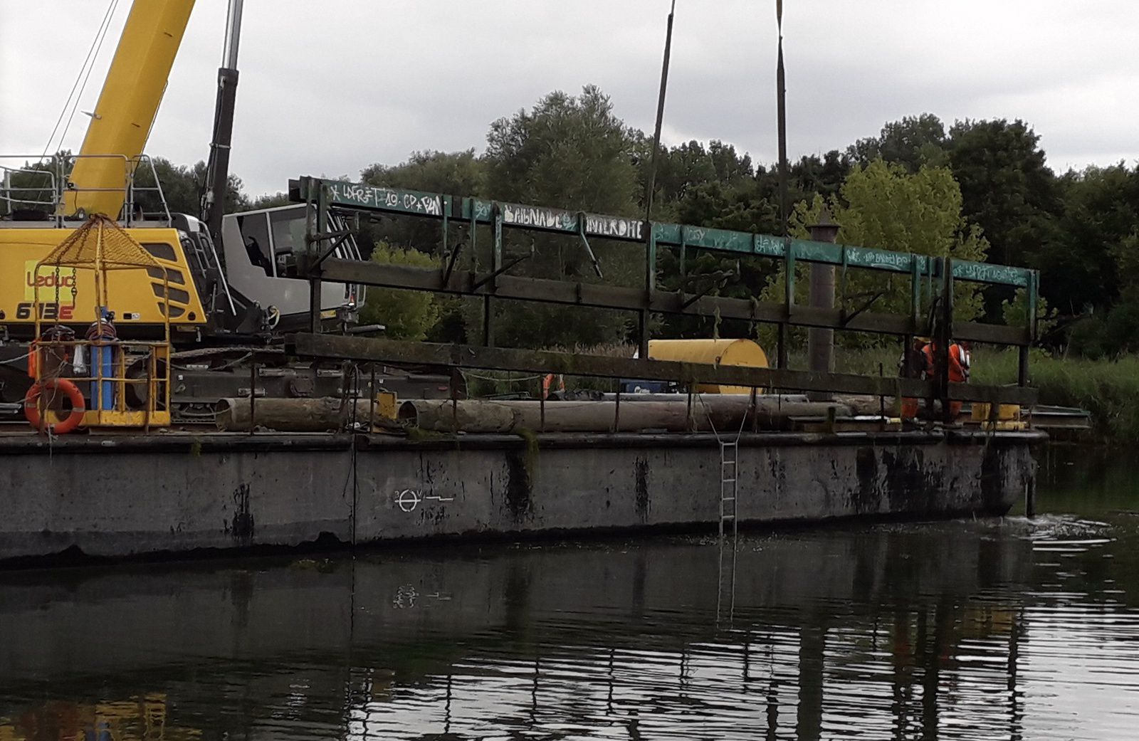 nettoyage des vieux pontons métal dans le lac de Chelles-Vaires