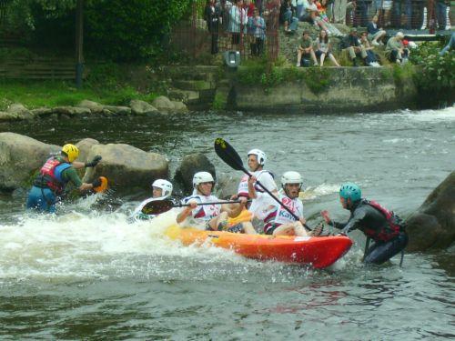 Tous les concurrents d'une compétition loisir de kayak se sont déguisés, ont choisi un nom original pour leur équipe et font de nombreux tours autour d'une île sur une rivière ! Les kayaks s'échouent sur terre ou chavirent dans l'eau...