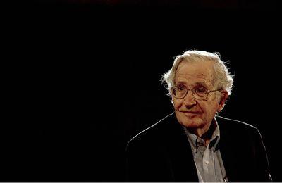 """Noam Chomsky affirme que la """"bonne réponse"""" aux personnes non vaccinées est """"d'insister pour qu'elles soient isolées"""" de la société (Vidéo)"""