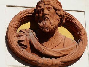 Quelques-uns des innombrables médaillons qui ornent les façades du vieux château. Ph. Delahaye.