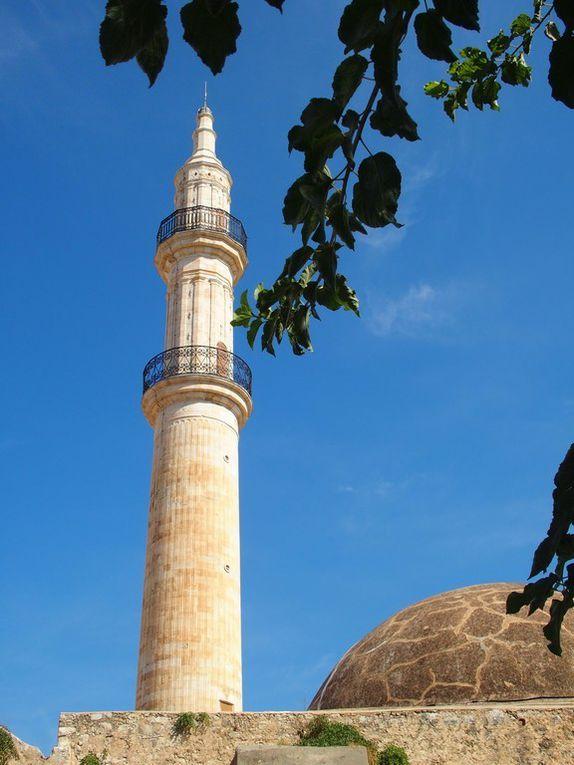 la moquée Nerantzès, son superbe portail à 4 colonnes corinthiennes et son minaret de 133 marches ...