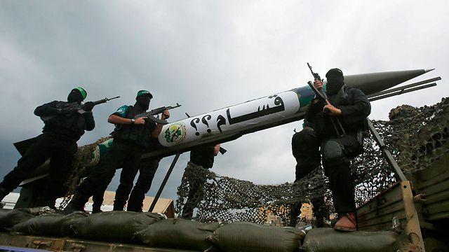 Utilisation d'enfants soldats, lancement quotidien de roquettes, parade militaire, exécution d'opposants