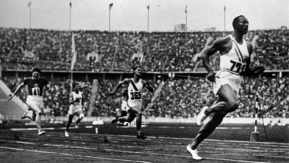 Le sprinteur américain Jesse Owens lors des JO de 1936 (ANN RONAN PICTURE LIBRARY / AFP)