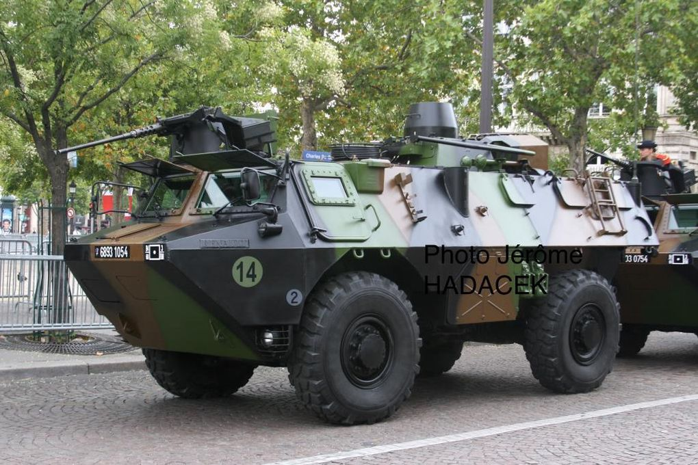 VAB RASIT-E  (RAdar de Surveillance des Intervalles - Ecartométrie) avec radar replié et déployé