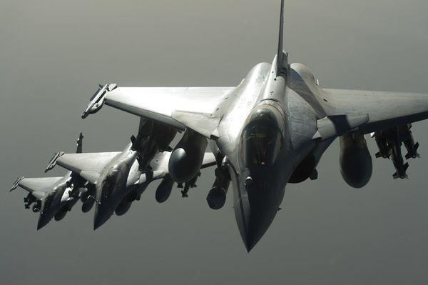 Photo : (c) EMA / Armée de l'Air - Trois Rafale en formation lors du premier raid aérien en Syrie.