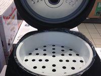 Capacité 5 litres Température ajustable - Maintien au chaud Ecran digital - Affichage des menus Inclus : panier vapeur, cuillère à riz et à soupe, gobelet doseur