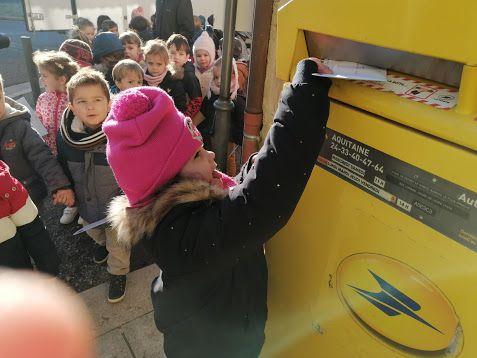 Direction la boîte aux lettres qui est près de l'école pour poster notre courrier