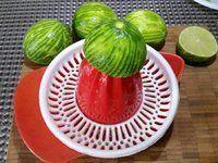 1 - Prélever le zeste des 4 citrons verts, puis les presser pour en recueillir le jus (10 cl), réserver. Dans une jatte, fouetter les oeufs et le sucre, incorporer la maïzena, le jus de citron vert (10 cl), puis les zestes. Verser le mélange dans une casserole et faire chauffer à feu doux, ajouter le beurre en petits morceaux jusqu'à ce que la préparation épaississe. Verser le lime-curd dans des petits bocaux hermétiques et Laisser refroidir. Conserver au réfrigérateur et utiliser pour tartiner ou pour réaliser des pâtisseries.