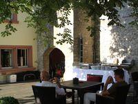 Der Hotelier und Gastronom Marcus Läbe verfügt mit dem Schlosshotel in Bad Neustadt und dem Schloss Saaleck in Hammelburg bereits über eine reichhaltige Erfahrung auf dem gastronomischen Markt. Dies stellten er und sein Team bei der Eröffnungsfeier eindrucksvoll unter Beweis. Er bereitete den Gästen bei traumhaftem Wetter im zauberhaften Flair des Innenhofes und des darüberliegenden Biergartens einen unvergesslichen Abend. Urlaubsfeeling bereitete vor allem der Biergarten, der mit seinem modernen Mobiliar seinesgleichen sucht, von historischen Mauern umgeben und einem riesigen, schattenspendenden Kastanienbaum.