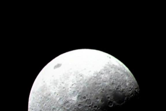 Il y a beaucoup de glace sur la lune!