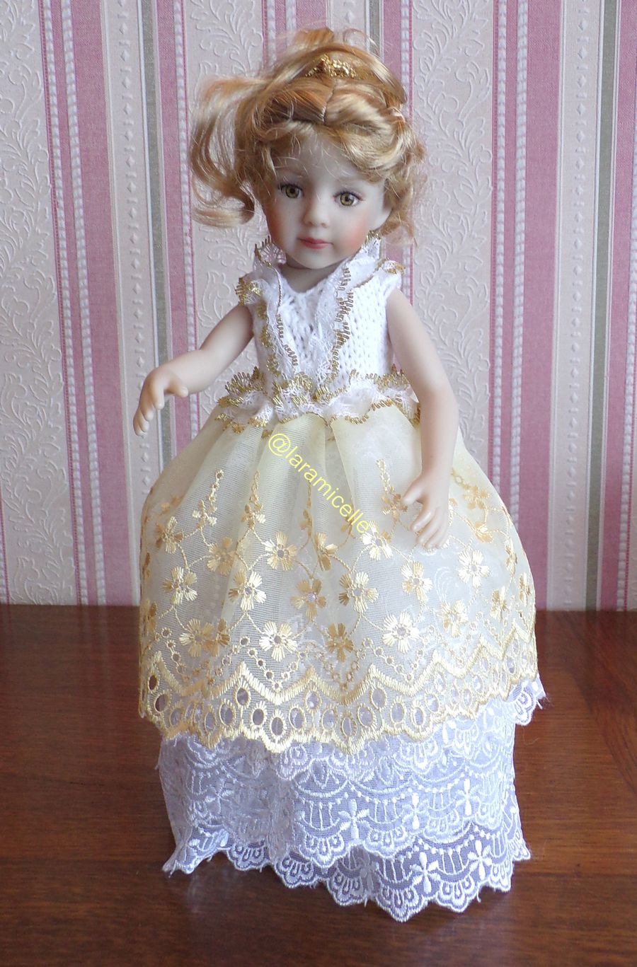 tuto gratuit  poupée  : robe   de fête dorée