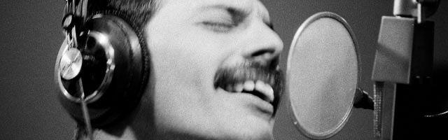 Depuis le raz-de-marée provoqué par le biopic Bohemian Rhapsody -où Rami Malek incarne à la perfection l'icône disparu à 45 ans-, Freddie Mercury est plus que jamais sous le feu des projecteurs. Ses tubes culte, son énergie débordante et son style hybride cultivé à coups de pantalons en vinyl et combinaisons stretch restent une force inspirante tant sur le plan musical que côté mode. Pour lui rendre hommage, Vogue s'immisce dans le quotidien de l'artiste en tournée aux quatre coins du monde, à travers 17 clichés rares, de sa préparation en backstage à ses conférences de presse