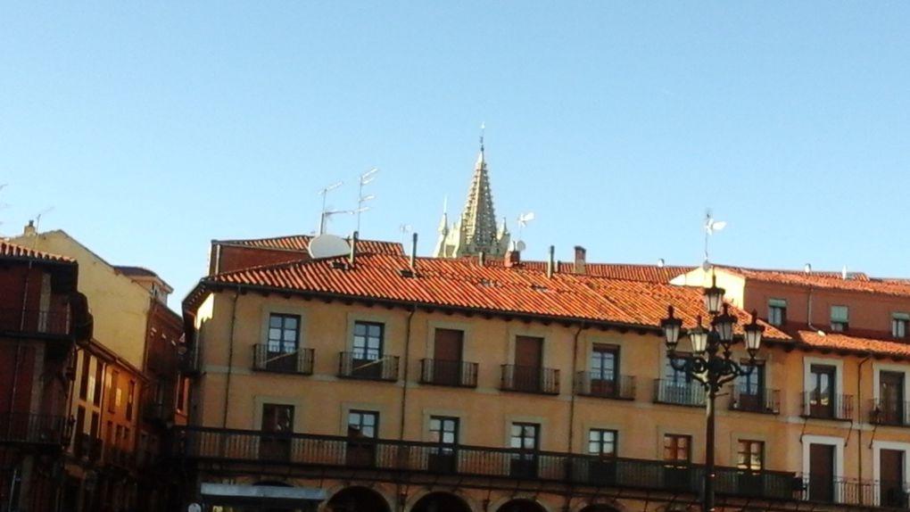 Sur les 2ème et avant dernière photo vous pouvez voir  un des clochers de la cathédrale.
