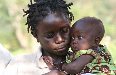Ouganda : chez les pygmées, mère et enfant.
