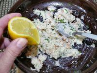 2 - Monter une mayonnaise maison (jaune d'oeuf, huile d'arachide, une fois la consistance souhaitée atteinte, incorporer 1 cuil. à soupe de moutarde et assaisonner avec sel et poivre), ou utiliser une mayonnaise toute prête. Emietter le crabe dans un récipient, ajouter les gambas, 1 bonne cuil. à soupe de mayonnaise, la coriandre ciselée, mélanger le tout, incorporer un filet de jus de citron, saler et poivrer. Mettre au réfrigérateur.