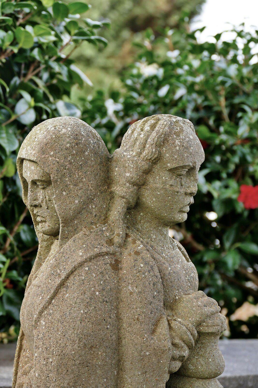La Vierge Marie et Marie-Madeleine (kersanton, Prigent, XVIe siècle). Cimetière de La Forest-Fouesnant. Photographie lavieb-aile 2021.