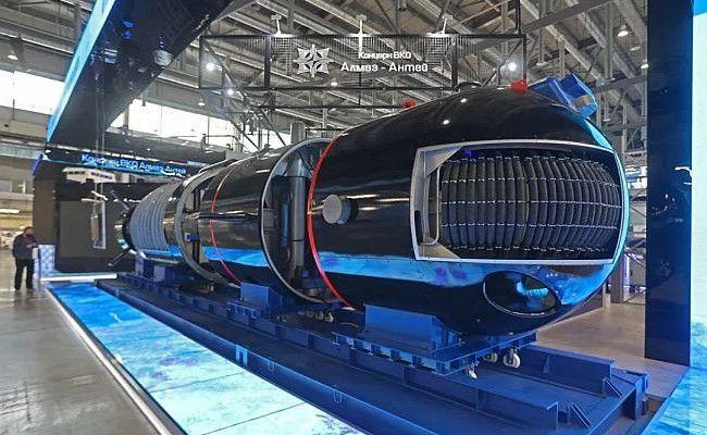 Vue générale de la maquette du drone sous-marin SARMA à l'exposition INNOPROM 2021
