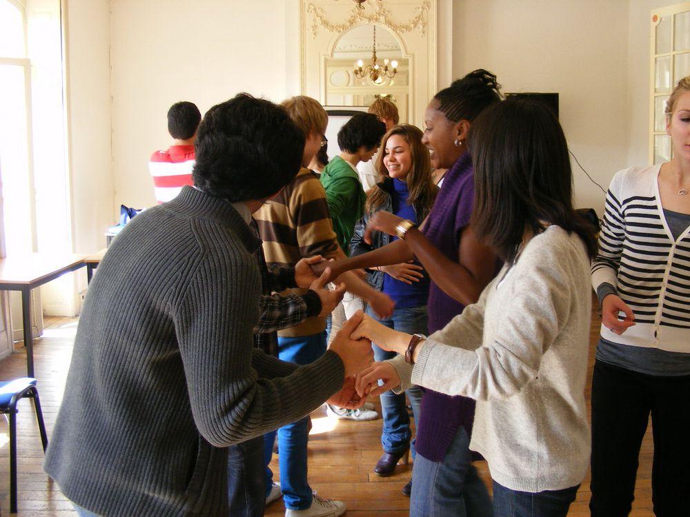 On pousse les tables et la salle de classe est prete pour un cours de salsa proposé par Klaas et Wifredo