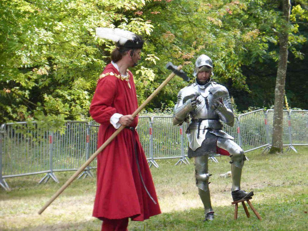 Avec les écuyers de l'histoire combats en armure avec le marteau...