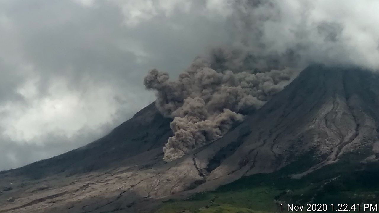 Sinabung - Pyroclastic flow over 1500m - 01.11.2020  / 13h22 - photo Rizal