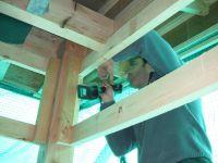 La structure doit être bien consolidée pour pouvoir supporter le poids important du futur vitrage.