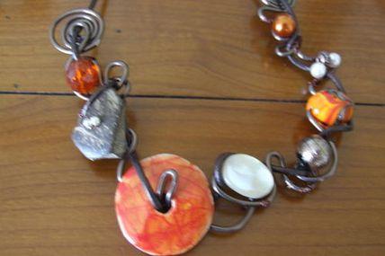 Collier sur fil alu marron, orange et nacre CA : 45