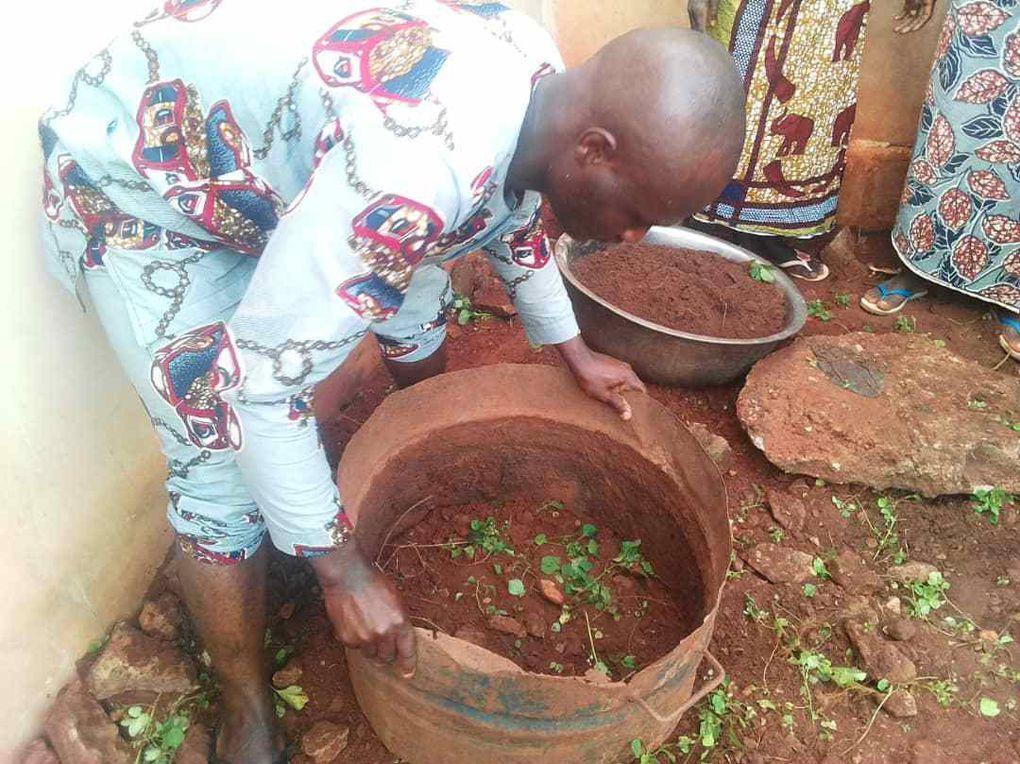 JARDINS DE CASE :cultures hors sol dans des récipients usagés de récupération économiques en utilisation d'eau