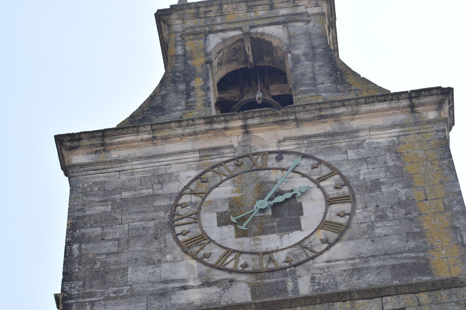 La Porte du Tricot : cette porte fortifiée est l'une des deux portes fortifiées ayant subsisté à Grignan. Elle date du XIIIe siècle et a été surélevée en 1600 afin d'accueillir une cloche et une horloge qui lui valent son surnom de beffroi. Le parement de la voûte a été restauré.. Beffroi (XIIe siècle) (MH) et porte (XIVe siècle).