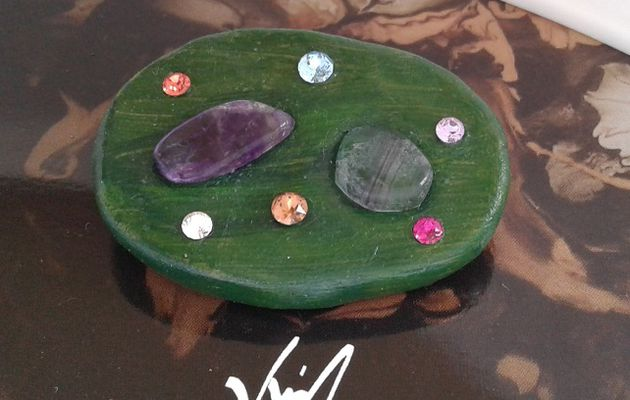Broche amethyste fluorite,cristal swarovski,fermoir epingle,creation originale signee,fait mains en france,argile polymère,bijou boho bobo,vert rose violet bleu,gothique vintage retro,baroque victorien edouardien,art deco art nouveau