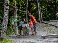 La fontaine pour le jeu de boules de Villars Colmars
