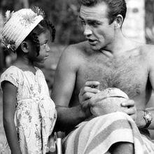 Sean Connery signe une noix de coco pour une petite admiratrice jamaïcaine sur le plateau de Dr No. [1962]