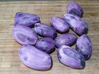 1 - Peler les pommes de terre, les couper et les mettre à cuire dans une casserole d'eau salée. Pendant le temps de cuisson, peler les échalotes et les émincer. Préparer la noix de muscade et l'huile d'olive.