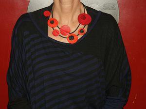 Des pastilles de couleurs en cuir et tissu avec un lien en caoutchouc pour ce collier qui habillera joliment votre cou ! prix 25 euros