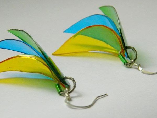 http://ivaalex.blogspot.fr/2012/01/plastic-bottle-earrings.html