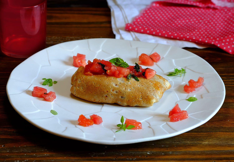 Crêpes fourrées aux aubergines à la parmigiana, concassée de tomates crues