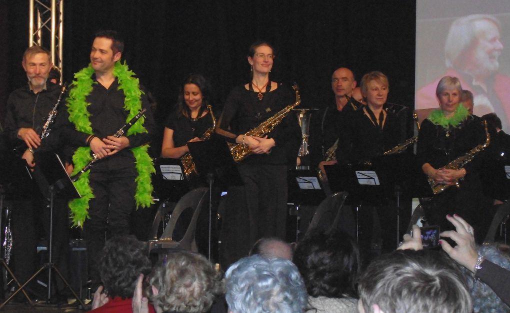 """Pour son concert du Nouvel An l'O.H.V.S n'a pas zappé sa rentrée... dans une salle surchauffée par les airs, mélodies et rythmes, ce fut des prestations qualité devant un parterre d'au moins 600 personnes. Cordes, instruments à air et cuivres étaient vraiment au rendez-vous avec d'autres instruments de résonance...   """" Retour vers le futur """" """" Star Trek """" """" Paris brûle-t-il ! """" et bien d'autres ..... avec une cinquantaine de spécialistes es musique on le comprend bien."""