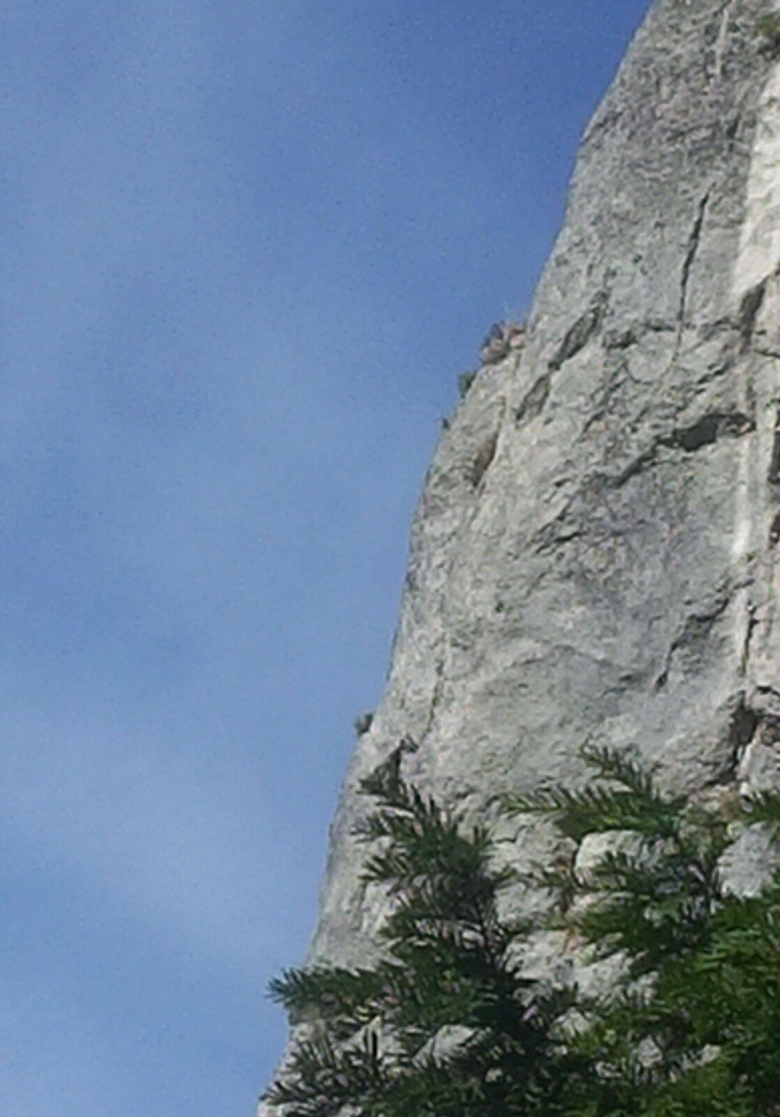 Vu de la Grotte, la falaise. Pour les alpinistes
