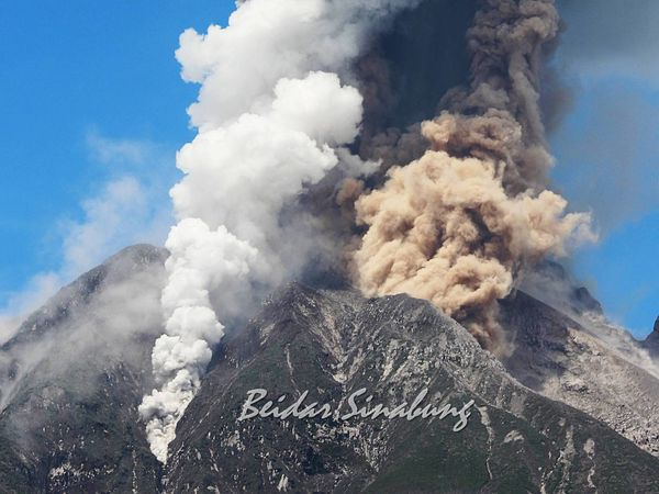 Sinabung - 04.02.2017 / 13h57 - the same eruption from another point of view and under a different lighting ... notice the different colors of the plumes - photos Firdaus Surbakti via Beidar Sinabung - a click to enlarge