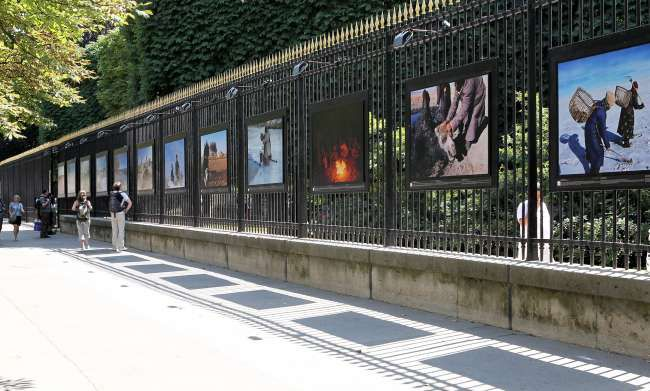 Grid of the Jardin du Luxembourg / Senate in Paris, with its photographic exhibitions, photo Senate.fr.