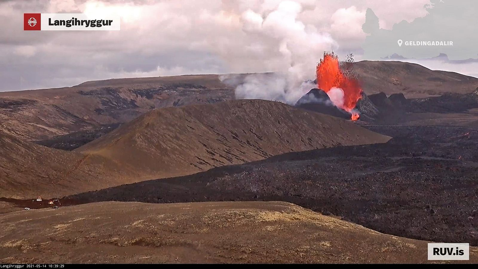 Nameless valley - 05.14.2021 / 10:39 a.m. - while the lava fountains follow each other rhythmically, the first civil engineering machines begin work (far left of the lava field) work - webcam langihryggur