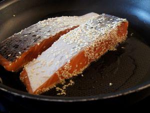Pavé de saumon au graines de sésame et crème de piquillos
