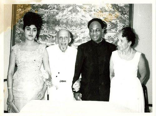 Kwame Nkrumah a la izquierda,  Patrice Lumumba a la derecha e imágenes de Nkrumah con su esposa en distintos escenarios.- El Muni.