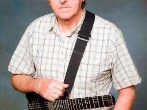 allan holdsworth, guitariste et compositeur de jazz anglais jouant surtout du jazz et jazz-fusion