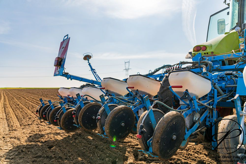 Reportage sur Vic' l'agriculteur : En images, les semences de betteraves à sucre, du remplissage du semoir au rangement des outils.